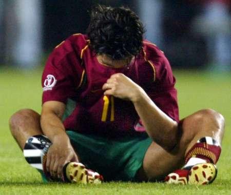 葡萄牙0-1韩国 康西卡奥垂头丧气坐在草地上