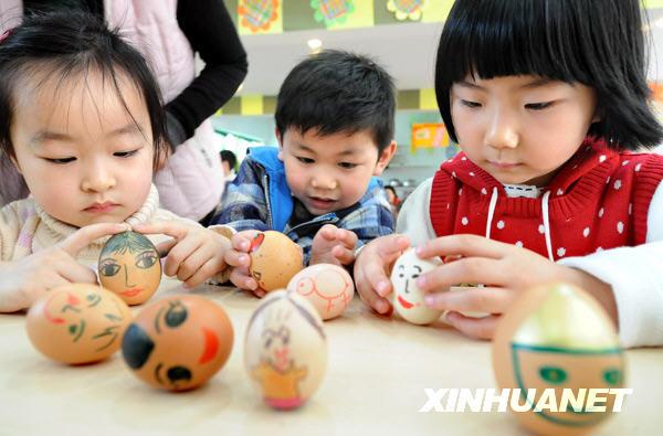 南京市实验幼儿园的小朋友在做立蛋游戏