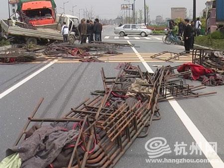 大货车的轮胎深陷进泥地里,铁床架洒了一地.