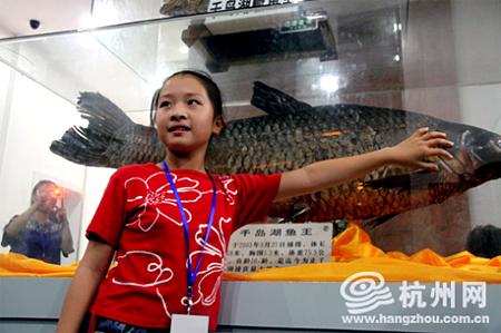"""在秀水街参观体长1.58米的千岛湖鱼王标本:""""鱼有多大?用手比一比!"""""""