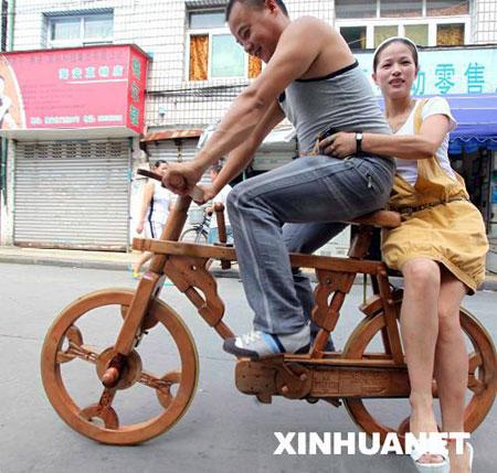 瑞安市民制木头自行车 工艺精美可正常骑行