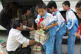 学生搬运捐赠图书